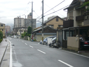 画像右側に写っている一番手前の電柱の辺りがRossiです。